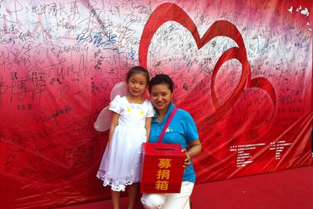 """大钟寺中坤广场举办""""关注幼儿先天性耳聋""""义卖募捐活动"""