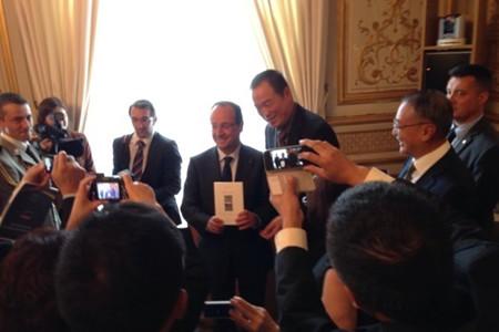 黄怒波董事长向法国总统赠送法文版诗集《小兔子》