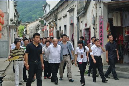 台湾国民党名誉主席吴伯雄率参访团考察宏村景区