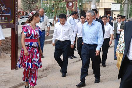 新加坡总理李显龙参观喀什高台民居景区