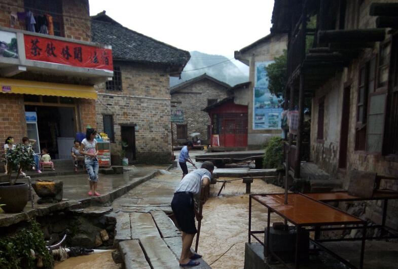 张谷英景区齐心抗洪 建设安全旅游环境