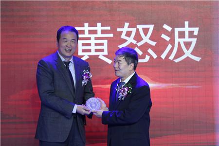 """黄怒波董事长获《中国新闻周刊》""""影响中国""""年度企业家奖"""